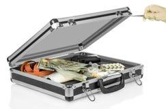 Geval met geld, kanon en drugs stock afbeelding