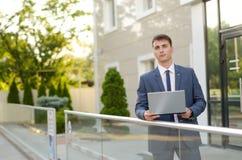 Geval op een bepaalde manier Zekere en succesvolle zakenman die laptop houden Stock Fotografie