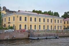 Geval van de pedagogische universiteit van de Staat van A I Herzen op Moika-Rivier in Heilige Petersburg, Rusland Royalty-vrije Stock Afbeeldingen