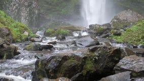 Gevallen rotsen en stroomversnelling bij de basis van Latourell-dalingen stock video