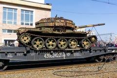 Gevangen tank van terroristen met artisanaal reactief pantser op een spoorweglage goederenwagon stock foto