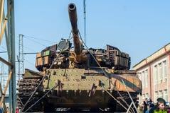 Gevangen tank van terroristen met artisanaal reactief pantser op een spoorweglage goederenwagon stock fotografie