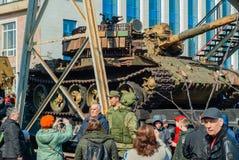 Gevangen tank van terroristen met artisanaal reactief pantser op een spoorweglage goederenwagon royalty-vrije stock afbeeldingen