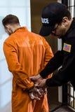 gevangenbewaarder die handcuffs dragen royalty-vrije stock afbeeldingen