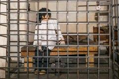 Gevangene in de middeleeuwse cel stock afbeeldingen