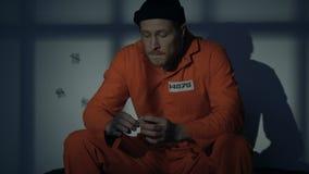 Gevangengenomen mens met blad planningsmoord, gevaarlijk wapen, brekende regels stock footage