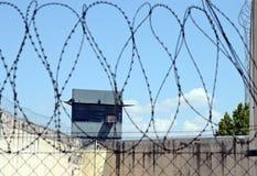 Gevangenis en prikkeldraad Royalty-vrije Stock Afbeeldingen