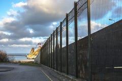 Gevangenismuren en veiligheidsomheining Peterhead, Schotland stock afbeeldingen