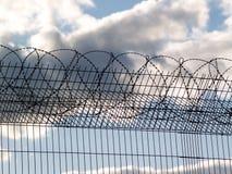 Gevangenisomheining met prikkeldraad Stock Foto's