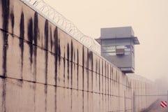 Gevangenistoren en muur Stock Foto's