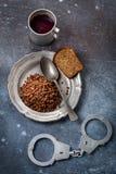 Gevangenisvoedsel en handcuff hierboven stock afbeeldingen