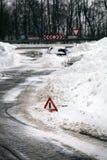 Gevarendriehoek, auto in sneeuwstapel. Stock Afbeelding