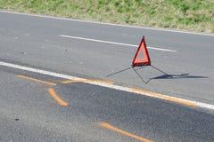 Gevarendriehoek op de weg na de autoneerstorting Royalty-vrije Stock Afbeelding
