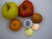 Gevarieerd voedsel samen met cryptocurrencies stock foto