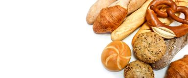 Gevarieerde gebakjes, brood, pretzel, baguette, croissant, broodjes dicht die omhoog op witte achtergrond met plaats voor tekst w stock foto's