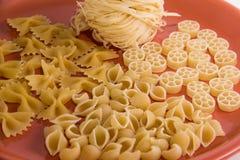 Gevarieerde macaroni op een plaatmacro royalty-vrije stock afbeelding