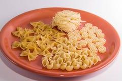 Gevarieerde macaroni op een plaatmacro stock fotografie
