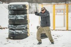 Gevechtskanon die opleiding schieten achter en rond dekking of barricade royalty-vrije stock foto