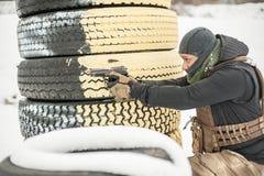 Gevechtskanon die opleiding schieten achter en rond dekking of barricade stock foto