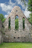 Gevel van een vernietigde kloosterkerk Royalty-vrije Stock Afbeeldingen