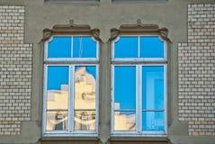 Geveltop die vensters wordt overdacht   Royalty-vrije Stock Afbeelding