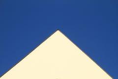 Geveltop op geel huis royalty-vrije stock fotografie