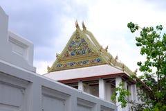 Geveltop van Koninklijke Ordeningszaal van Wat Chaloem Phra Kiat Worawihan stock afbeelding