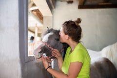 Gevend de behandeling en geef een kus Royalty-vrije Stock Fotografie
