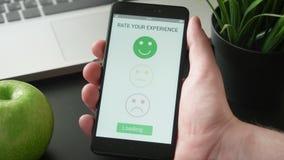 Gevend een positief koppel op klantentevredenheid app terug gebruikend smartphone stock videobeelden