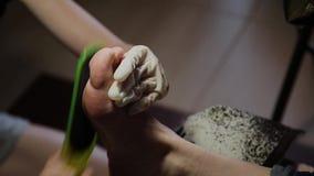 Gevend om de pedicure van meisjesbenen, poetsmiddel, mooie lichten Pedicures in de salon De hoofdzorgen voor de spijkers stock video