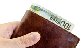 Gevend steekpenning van bruine leerportefeuille met honderd geïsoleerde Euro Stock Afbeelding