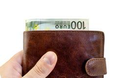Gevend steekpenning van bruine leerportefeuille met honderd geïsoleerde Euro Royalty-vrije Stock Afbeelding