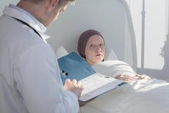 Gevende arts die medische resultaten analyseren Stock Foto