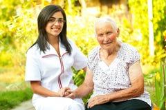 Gevende arts met gelukkige bejaarde dame royalty-vrije stock fotografie