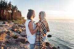 Gevende houdende van mens die zijn meisjeplaid op koude de zomeravond geven stock fotografie