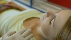 Gevende mannelijke paramedicus ondersteunend het vrouwelijke geduldige liggen op brancard in ziekenwagen stock video