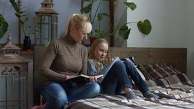 Gevende moeder die haar kind met thuiswerk helpen stock footage