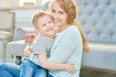 Gevende Moeder die Weinig Zoon omhelzen royalty-vrije stock afbeeldingen