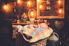 Gevende moeder Snoepje weinig baby Nieuwe het leven en babygeboorte kinderjaren en geluk Familie Kinderverzorging De Dag van kind royalty-vrije stock foto