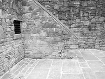 Geventileerd de steen oud oud grijs van de baksteenbinnenplaats Stock Afbeeldingen