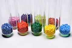Geverft polymeer in testglazen stock afbeeldingen