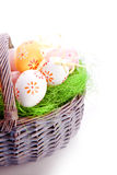 Geverfte easte eieren op gras Stock Foto