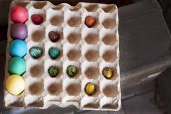 Geverfte eieren in een verpakking voor eieren Royalty-vrije Stock Foto