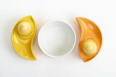 Geverfte Estereieren in kleurrijke ceramische eierdopjes Royalty-vrije Stock Fotografie