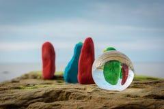 Geverfte stenen bij kust Stock Afbeelding