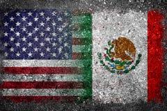 Geverschmolzene Flaggen von USA und von Mexiko gemalt auf Betonmauer Stockfotografie