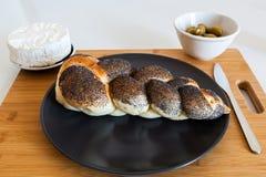 Gevlecht brood met olijven en kaas stock fotografie