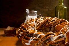 Gevlecht broodje met papaverzaden en kaneel Stock Foto