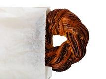 Gevlecht papaverzaad om brood in document geïsoleerde zak Royalty-vrije Stock Foto