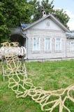 Gevlecht stro op tribune dichtbij huis Royalty-vrije Stock Afbeeldingen